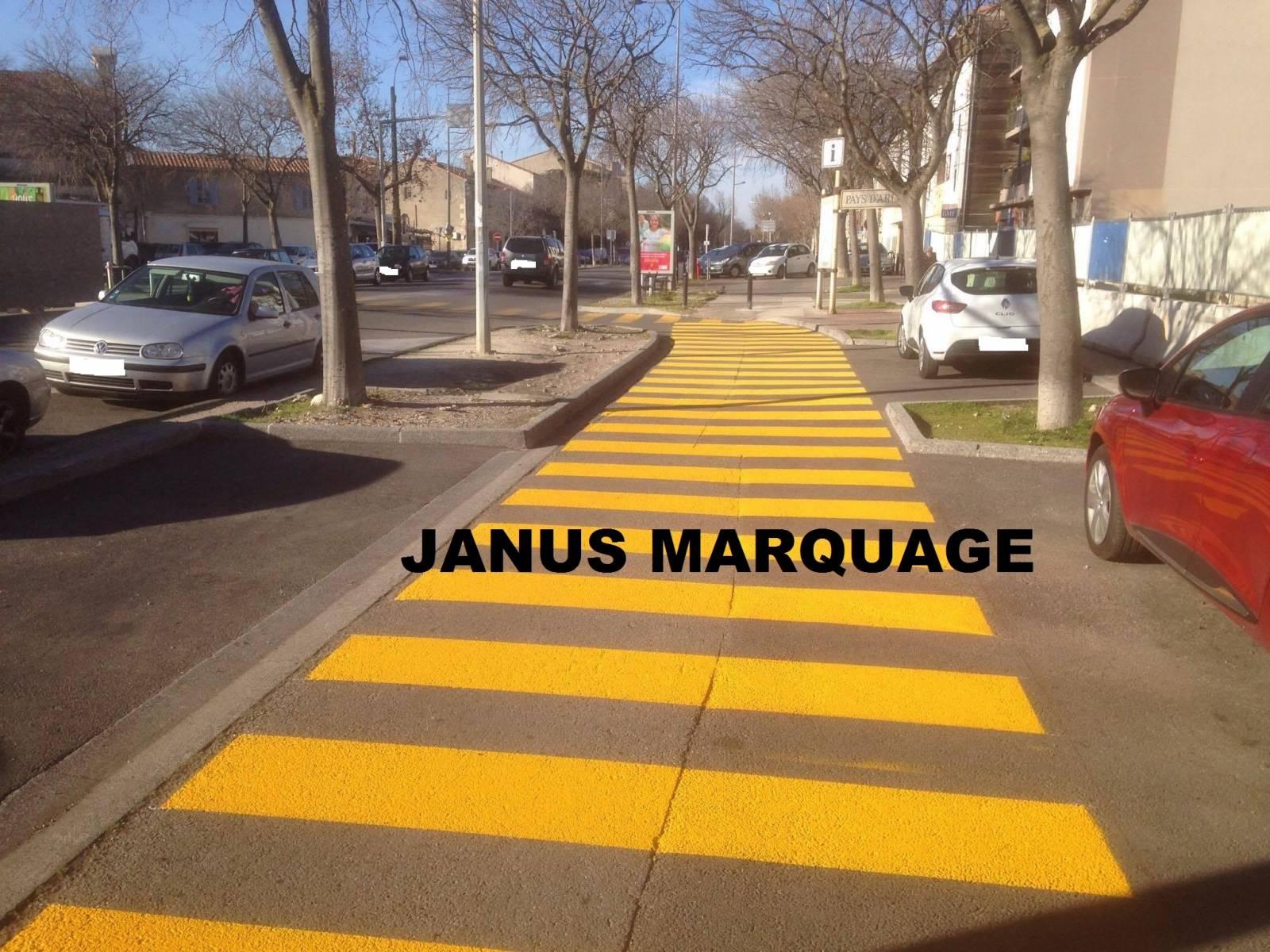 passage pi tons jaune avec logo pi tons carry le rouet marseille janus marquage. Black Bedroom Furniture Sets. Home Design Ideas
